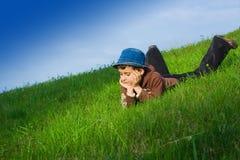 Jongen in gras Stock Fotografie