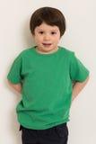 Jongen in groene t-shirt stock afbeelding