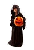 Jongen in Halloween zombie buitensporig-kleding met pompoen Stock Fotografie