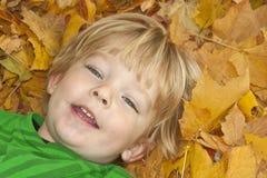 Jongen Headshot in Bladeren Stock Foto's