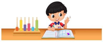 Jongen het berekenen wiskunde op het bureau Stock Foto's