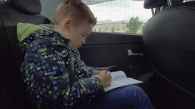 Jongen het besteden tijd bij het oplossen van de raadsels van het logicaschaak stock footage