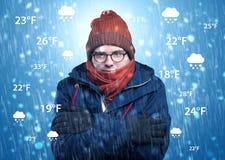 Jongen het bevriezen in warme kleding met weersomstandighedenconcept Royalty-vrije Stock Foto