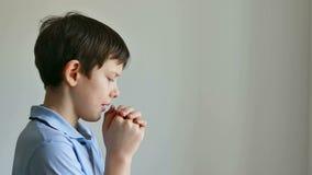 Jongen het bidden stock videobeelden