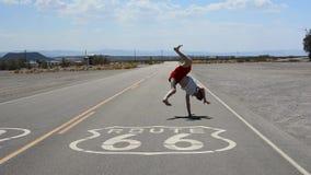 Jongen het dansen breakdance in beroemde route 66 weg Stock Foto
