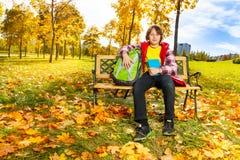 Jongen in het de herfstpark na school Stock Foto's