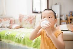 jongen het drinken melk Stock Fotografie