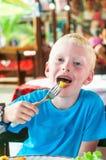 Jongen het eten Stock Foto