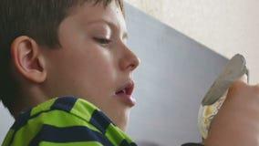 Jongen het eten stock footage