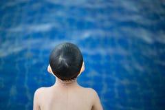 Jongen het gelukkige zwemmen in een pool Het gelukkige kind spelen in zwembad De vakantieconcept van de zomer stock fotografie