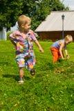 Jongen in het gras Royalty-vrije Stock Afbeeldingen