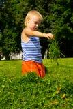 Jongen in het gras Royalty-vrije Stock Foto