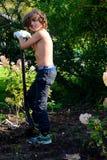 Jongen het graven na wormen in tuin Royalty-vrije Stock Foto