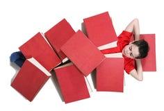 Jongen in het kader van rode boeken Stock Foto