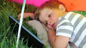 Jongen het letten op beeldverhalen op smartphone Gadgets en kinderen stock video