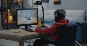 Jongen het letten op beweging van een Mars Rover stock videobeelden