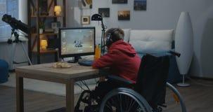 Jongen het letten op beweging van een Mars Rover stock footage