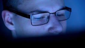 Jongen het letten op het scherm stock video