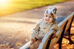 Jongen in het park in de herfst Royalty-vrije Stock Afbeeldingen
