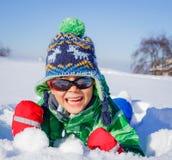 Jongen het plaing in de sneeuw Stock Fotografie