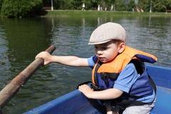 Jongen het roeien boot Royalty-vrije Stock Foto