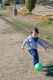 Jongen het Schoppen Bal bij Park Royalty-vrije Stock Fotografie