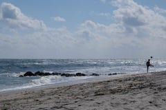 Jongen het schoppen bal op een strand Royalty-vrije Stock Fotografie