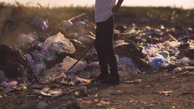 Jongen het schoppen stof in stortplaats stock footage