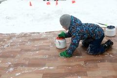 Jongen het speel krullen met ketels royalty-vrije stock afbeelding