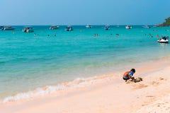 Jongen het spelen bij het strand in Thailand Royalty-vrije Stock Foto's