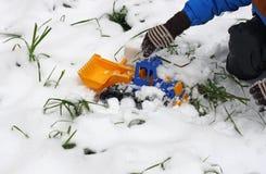 Jongen het Spelen in de Sneeuw Stock Afbeelding