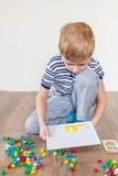 Jongen het spelen in een mozaïek Royalty-vrije Stock Fotografie