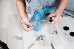 Jongen het spelen in een ruimte in de ontwerper Royalty-vrije Stock Afbeelding
