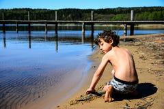 Jongen het spelen in het water stock afbeeldingen