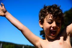Jongen het spelen in het water royalty-vrije stock afbeeldingen