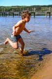 Jongen het spelen in het water royalty-vrije stock afbeelding
