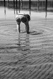 Jongen het spelen in het water royalty-vrije stock foto's
