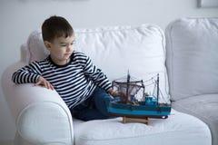 Jongen het spelen met een boot Stock Foto