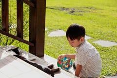 Jongen het spelen met een Kat Stock Foto's
