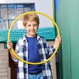 Jongen het spelen met hulahoepel Stock Foto's