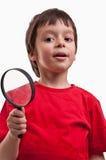 Jongen het spelen met meer magnifier Stock Foto
