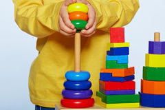 Jongen het spelen met piramide Royalty-vrije Stock Afbeeldingen