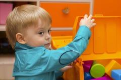 Jongen het spelen met plastic beeldjes Stock Foto