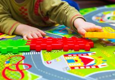 Jongen het spelen met plastic blokken in huis Royalty-vrije Stock Fotografie