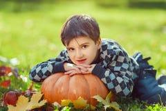 Jongen het Spelen met Pompoen stock fotografie