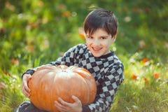 Jongen het Spelen met Pompoen royalty-vrije stock foto's