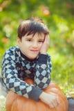 Jongen het Spelen met Pompoen stock foto's