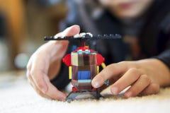 Jongen het Spelen met Toy Helicopter Stock Afbeelding