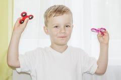 Jongen het spelen met twee Handspinner Royalty-vrije Stock Fotografie
