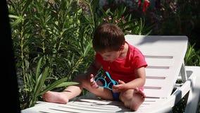Jongen het spelen met zonnebril stock footage